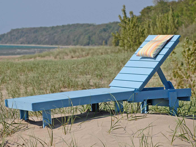 C r plastic st tropez recycled plastic chaise lounge for Chaise longue blanc pvc