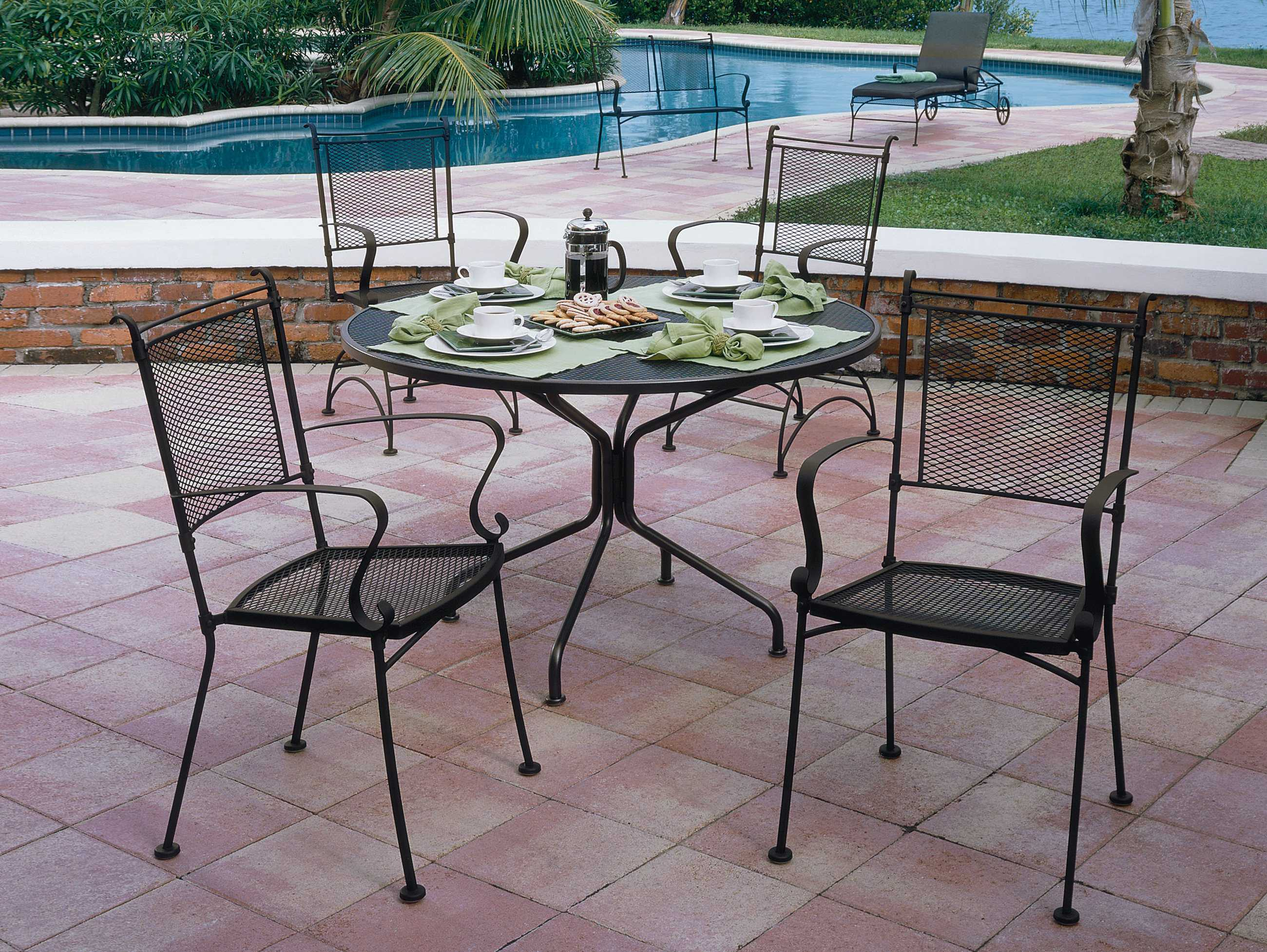 woodard wrought iron 42 round 4 spoke table with umbrella hole 190229. Black Bedroom Furniture Sets. Home Design Ideas